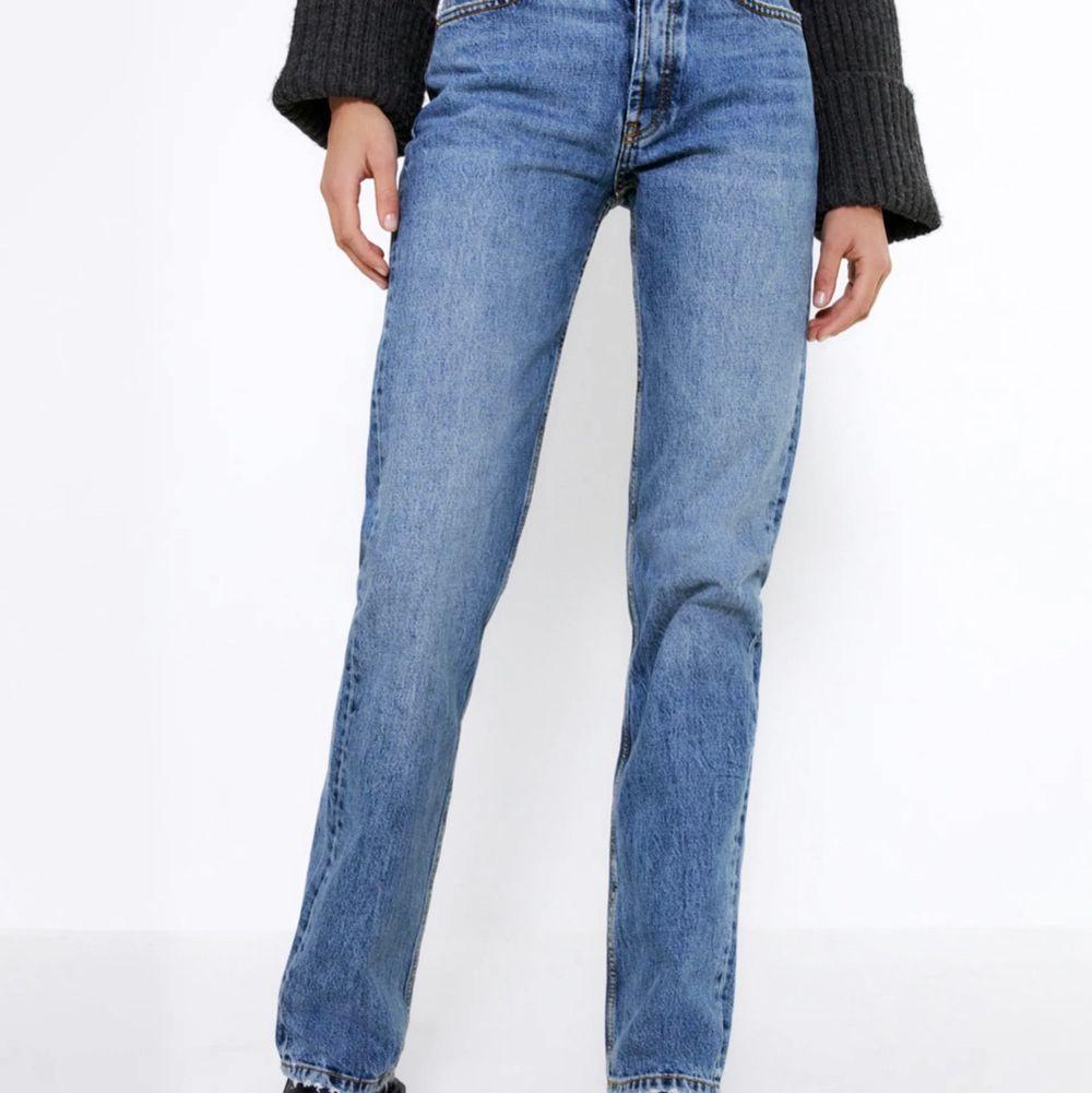 Någon som är intresserad i att byta jeansen på andra bilden med de jeansen på första bilden? . Jeans & Byxor.