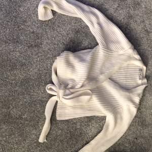 """Snygg tröja i lite tjockare material från nakd. Du knyter den själv runt din midja och kan bestämma hur mycket """"ur ringning"""" du vill ha. Den är i storlek s och är mycket skön att ha på sig. Köptes för 300kr men säljes för 100kr+ frakt. Kan mötas i sthlm"""
