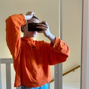 Over size kortare huddie i stlk M. Jätte fin orange färg och väldigt skön! Kommer dock inte till användning... (använt enstaka gång) därför säljer jag den för 200kr + frakt❤️