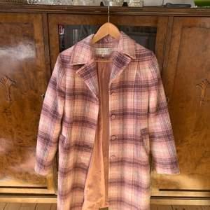 """Superfin rosa vintage kappa från H&M när de hette endast """"Hennes"""", storlek 36. Mitt pris: 200kr + frakt 🥰"""