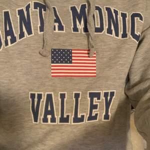 Jättefin modern hoodie, köptes för ca 200kr 🥰 säljs för 100kr, knappt använd! Strl XS