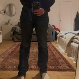 Fina blåa Levis jeans köpta secondhand. Sliten bakficka. Köpare står för frakt💞