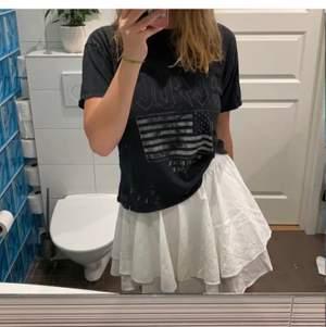 Säljer denna jätte sköna t-shirten med ACDC tryck. Snygg grå färg som passar xs - en mindre m. Köparen står för frakten för 40 kr. Tröjan är från pull and bear