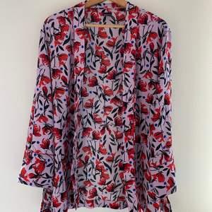 💜 Somrig kimono/blus med skärp från Ginatricot                💜 Storlek: L                                                                                💜 Pris: 150 + spårbarfrakt 51kr