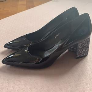 Beautiful pumps size 41, patent leather, shiny black, glittery heel (cm 7). Pristine condition, worn only once!!