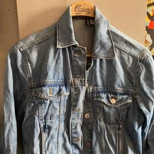 En jeansjacka i jättebra skick, lite 80-tals aktigt❤️