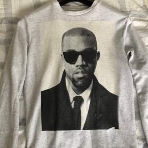 """säljer den här """"vintage"""" Kanye tröjan! den är från 2012 och är hans egna äkta merch:) inga tydliga skador på den förutom en liten liten """"prick"""" vid kragen men den synd inte. Köpt för ca 900kr av min mamma 2012. sitter bra på mig som är 162 och xs-s."""