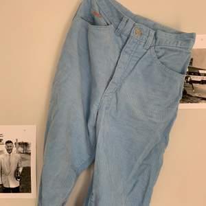 Blå manchesterbyxor, ser ut som jeans. Långa, passar mig som är 178 m långa ben. Storleken w28 l32, men mer en w26/27. Ungefär en 36. 150kr +frakt och kan skicka postbevis!😇 Pris diskuterbart.
