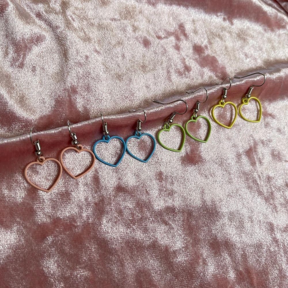 Säljer dessa super söta örhängen, formade som hjärtan! Helt nya. GRATIS FRAKT❗️. Accessoarer.