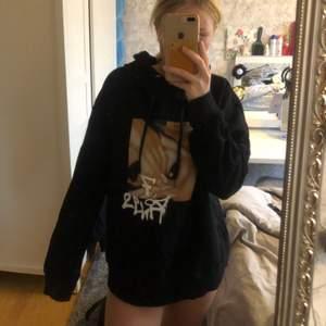 Säljer denna stora hoodien som det är ett tryck på Ariana Grande. Den är jättemysig och i storlek S. Hör gärna av dig vid intresse.💓