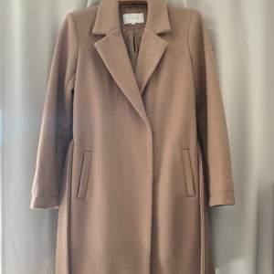 Säljer min beiga kappa då den inte används längre. Den är i storlek 34 men den passar 36 också, Köparen står för frakten❤️❤️