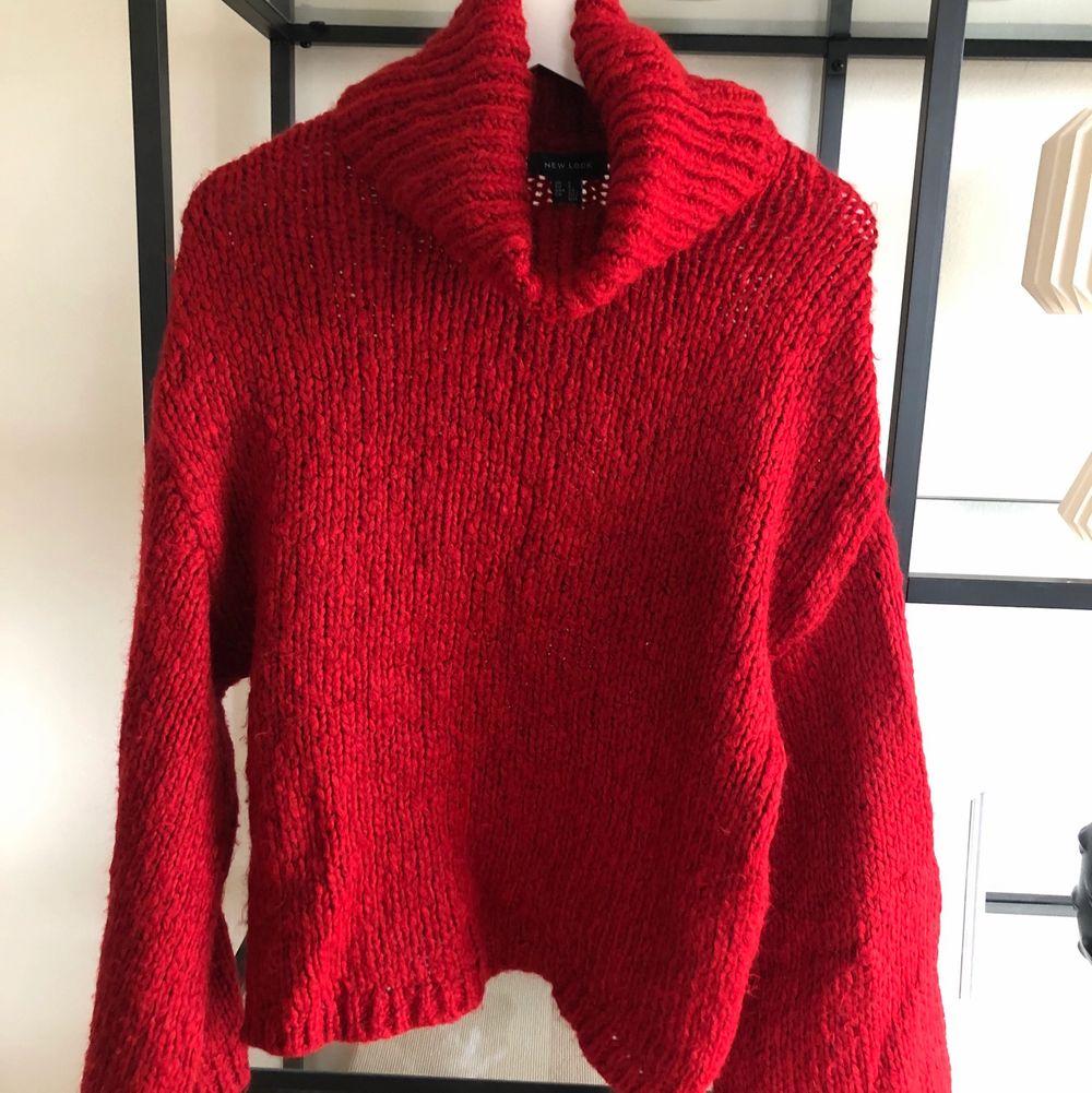 Röd stickad tröja i storlek S (oversize-modell) från New Look.. Stickat.
