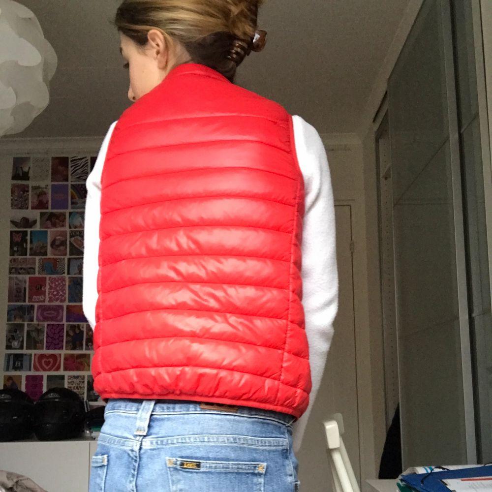 Röd väst som jag älskar men tyvärr blivit för liten. Den är u storlek 140 men passar xs. Köpt här på plick förra våren. 100kr+frakt📦📦. Jackor.