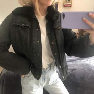 En skitcool, svart, vintage jeansjacka med lite päls runt kragen. Köpt på secondhand och Ganska kort i modellen. Jag är 160cm och brukar ha XS-S 💋