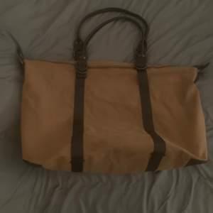 Säljer en stor väska som man kan använda som träningsväska tex. Bra skick, finns små fickor inne och så medföljer en större handtag.
