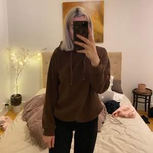 Jättefin brun hoodie som jag haft i flera år. Inga hål eller så, men sista bilden visar fläckar på, syns väldigt mycket pga ljuset men man tänker inte på det sååå mycket annars.