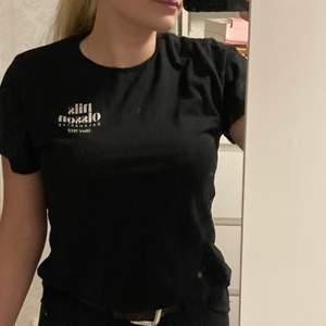 Svart T-shirt med tryck i storleken S❣️ kan skickas om köparen står för frakten❣️