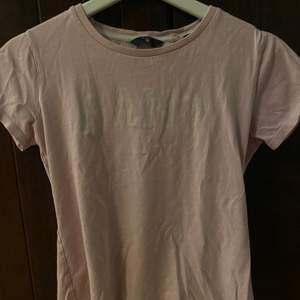 Säljer nu min ljus rosa GANT t-shirt!