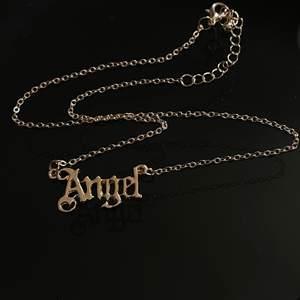 "Halsband med texten ""Angel"". Kort kedja, supergulligt."