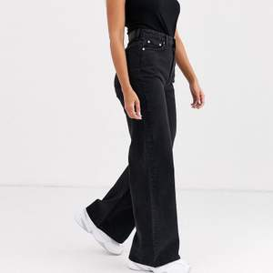 (Lägger upp annonsen igen) Svarta weekday jeans i modellen Ace:) Typ helt nya! Använda fåtal ggr därav priset. Uppsprättade längst ner så de skulle sitta bättre på mig som är 180.🤗