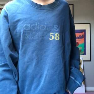 Svinsnygg oversized vintage sweatshirt från adidas!!! Äkta vara från 90-talet 😝 älskar men kommer inte till användning, bra skick! Jag är en xs och den sitter supersnyggt ❤️
