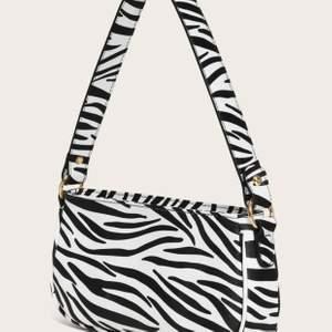 Trendig axel väska med zebramönster som inte kommit till andvändning tyvärr🦓 Liten repa på bandet som jag kan skicka bild på, frakt tillkommer på 30kr