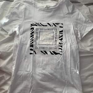 Skit snygg tröja från River island med tryck. Storlek 6 vilket motsvarar XS men passar även S. Aldrig använd därmed inga defekter, som ny!