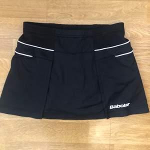 Svart kjol från Babolat för badminton/padel/tennis. Storlek 164/XS.