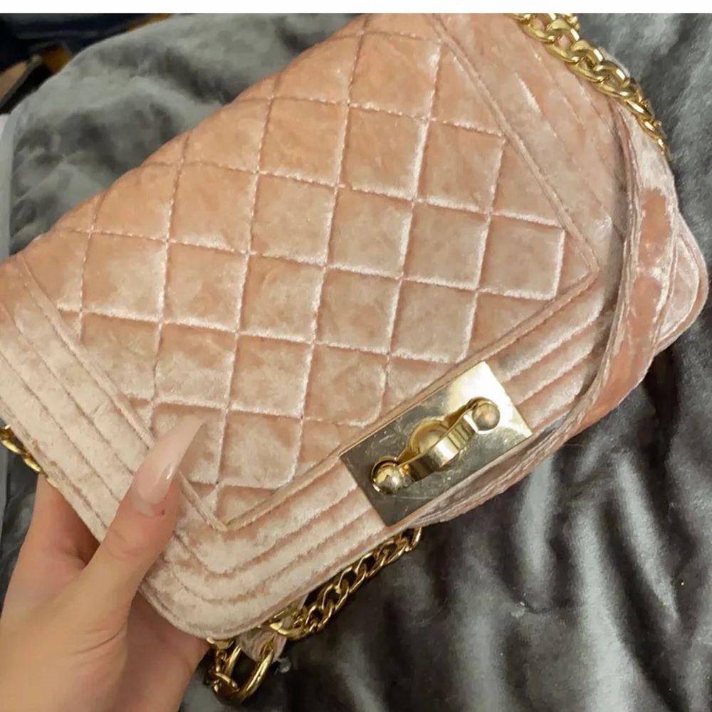 Säljer denna fina väska från Gina använd 5 gånger max säljer pågrund av inte riktigt min stil längre den är som ny. Finns inte kvar att köpa i butik, hör av dig för fler bilder . Väskor.