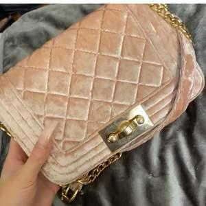 Säljer denna fina väska från Gina använd 5 gånger max säljer pågrund av inte riktigt min stil längre den är som ny. Finns inte kvar att köpa i butik, hör av dig för fler bilder