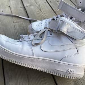 Nike air forces i strl 44. Använda men sjukt fina, enda är att ena sulan gulnat och därav priset! Köpare står för frakt