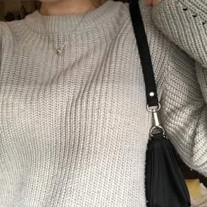 Fin grå stickad tröja med detaljer på ärmarna! Frakt tillkommer 💗✌🏼