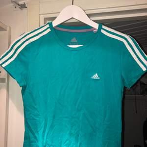 En turkosgrön tisha från Adidas i storlek 34-36. Superfin men kommer tyvärr inte tillräckligt ofta till användning. Tror den skulle vara jättefin croppad tillsammans med en vit kjol. 50kr eller bud om fler är intresserade + frakt 🎾