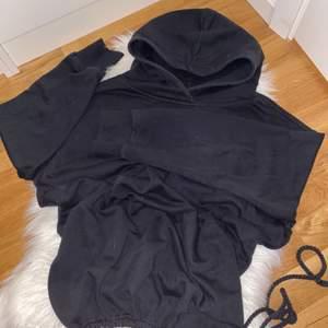 En lång hoodie från 157 i storlek M köpt för 200kr för ett år sen säljer för 140 +frakt