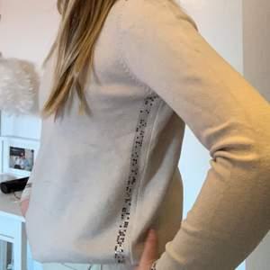 Säljer denna superfina tröjan som jag älskar men den har tyvärr blivit för liten för mig! Har superfina detaljer med glitter mm:) Säljer för 160kr + frakt! Är i superfint skick🥰 Skriv gärna vid funderingar:)❤️