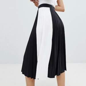 Lång svart och vitt plisserad kjol fråm bershka