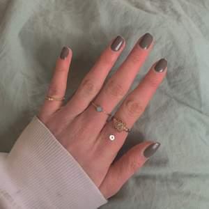 Guldiga ringar från olika ställen💞 de med vita prickar -20 kr, de utan vit prick -10 kr💕 kolla in mina andra annonser för fler ringar och smycken☺️