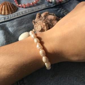«perlés de soire» 119kr ink frakt☁️   ett handgjort varmvitt sötvattenspärl-armband 🦋  enkelt, lyxigt och såå fin färg/glans 🐚