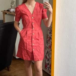 En aning skrynklig klänning men har en annan annons längre ner med fler bilder! Klänning använd en gång, nypris 1120kr. Storlek S och Frakt kostar 45kr. Från Karl Marc John