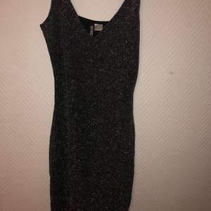 Glitterklänning från HM i storlek 32 (men bör passa 34 också så den inte är jättekort och väldigt stretchig) använd någon enstaka gång. 120kr inkl frakt