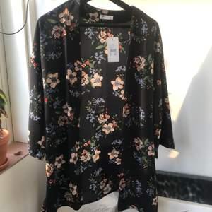 Jättefin kimono från Cubus. Aldrig använd med prislapp kvar.