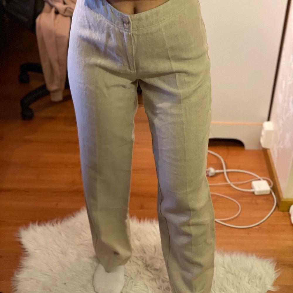 INTRESSEKOLL på ett par ursnygga linnebyxor som är helt oanvända. HÖGSTA BUD: 250kr🤍🤍 frakt på 66kr tillkommer . Jeans & Byxor.