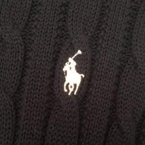 Säljer denna jättesköna stickade tröja från Polo Ralph Lauren, i nytt skick (endast använt ett fåtal gånger). Är i strl 176 men skulle lika gärna kunna vara i strl S.