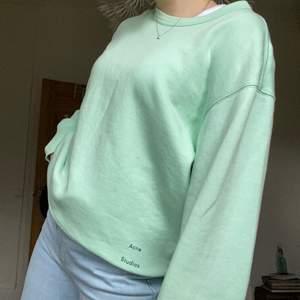 Mintgröna sweatshirt från acne, verkligen en så så fin och somrig fräsch färg. Fint skick!