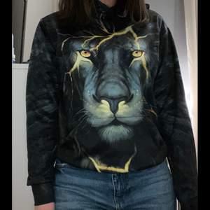 En skitcool hoodie med tryck av ett lejon både fram och bak. Det är ett jätteskönt material på hoodie🤍