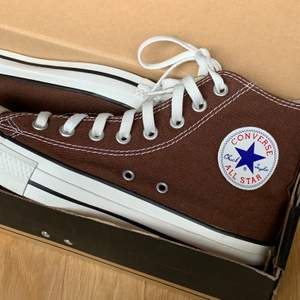 Skorna finns kvar så länge annonsen finns kvar, därför kommer frågor om detta att ignoreras! Säljer dessa trendiga bruna Converse, köpta här på Plick. Tyvärr för stora för mig så har ej hunnit använda dem. Knappt använda av tidigare ägare och därför i väldigt fint skick! +66kr frakt