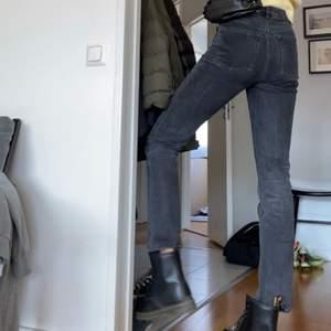 Jättefina raka jeans från asos tall. Bra material och byxorna har inga defekter. Säljer då de tyvärr inte kommer användning.