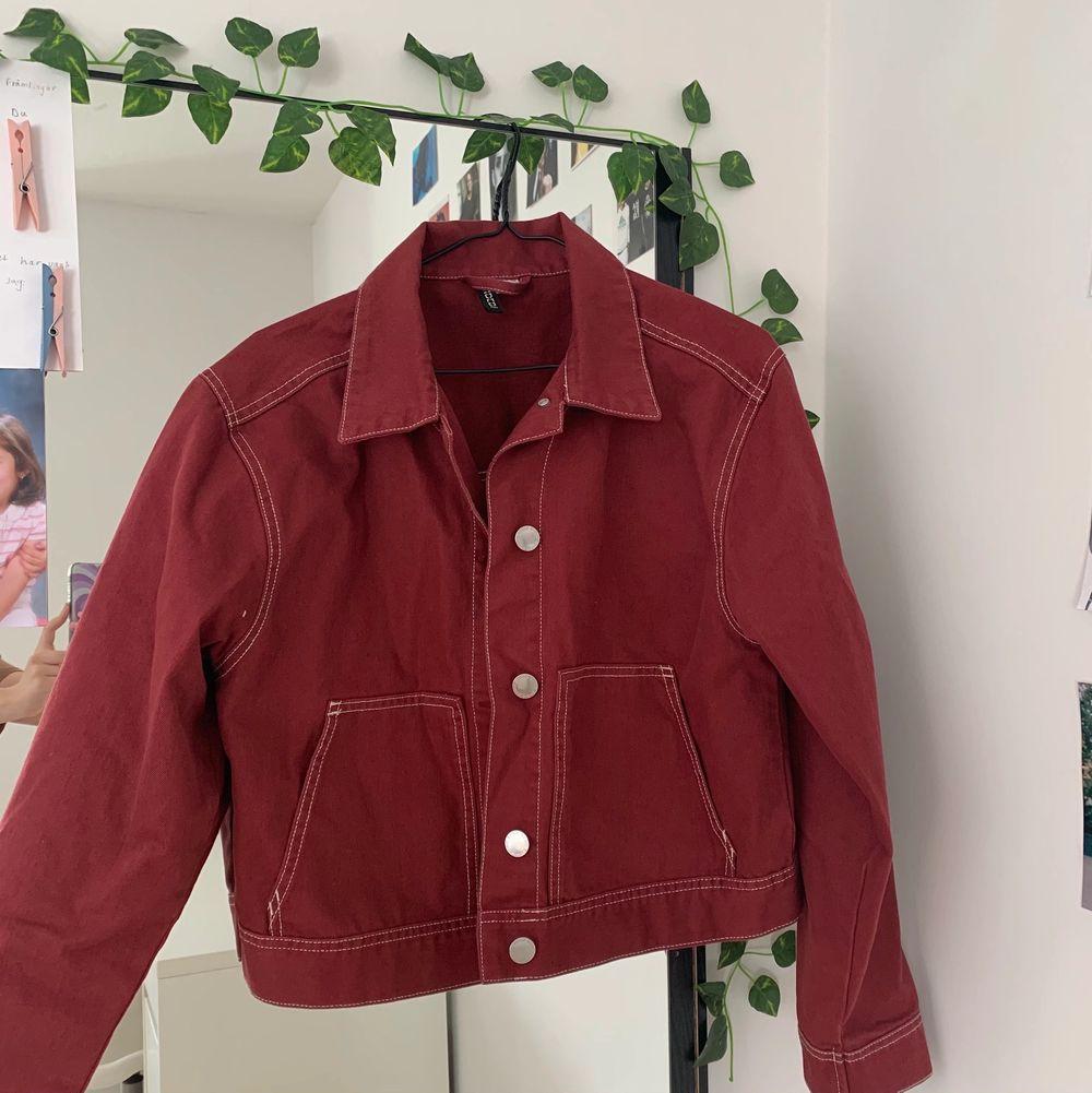 Säljer dessa tre vårjackor för det har blivit för små för mig! Den gröna är från Zara, den vita från Bikbok och den röda från HM, jackorna passar XS/S💘💘 Säljer för 55 kr styck!                                                          Den röda jackan är såld❌                                 Den gröna jackan är såld❌. Jackor.