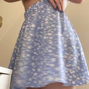Hej! Jag säljer denna kjol köpt sommaren 2020 jätte fint material och inte ett dugg genomskinlig lite längre i modellen som ni ser men passar någon som är runt 168. Säljer pågrund av att jag är för kort för modellen och för att behöver lite pengar❤️ köpt för 250kr