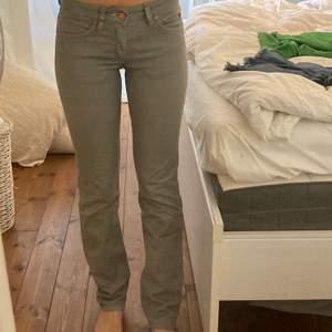 gråa lågmidjade acne jeans! super bra skick! bra längd på mig som är 165cm och har en innerbenslängd på 75cm💗💗💗
